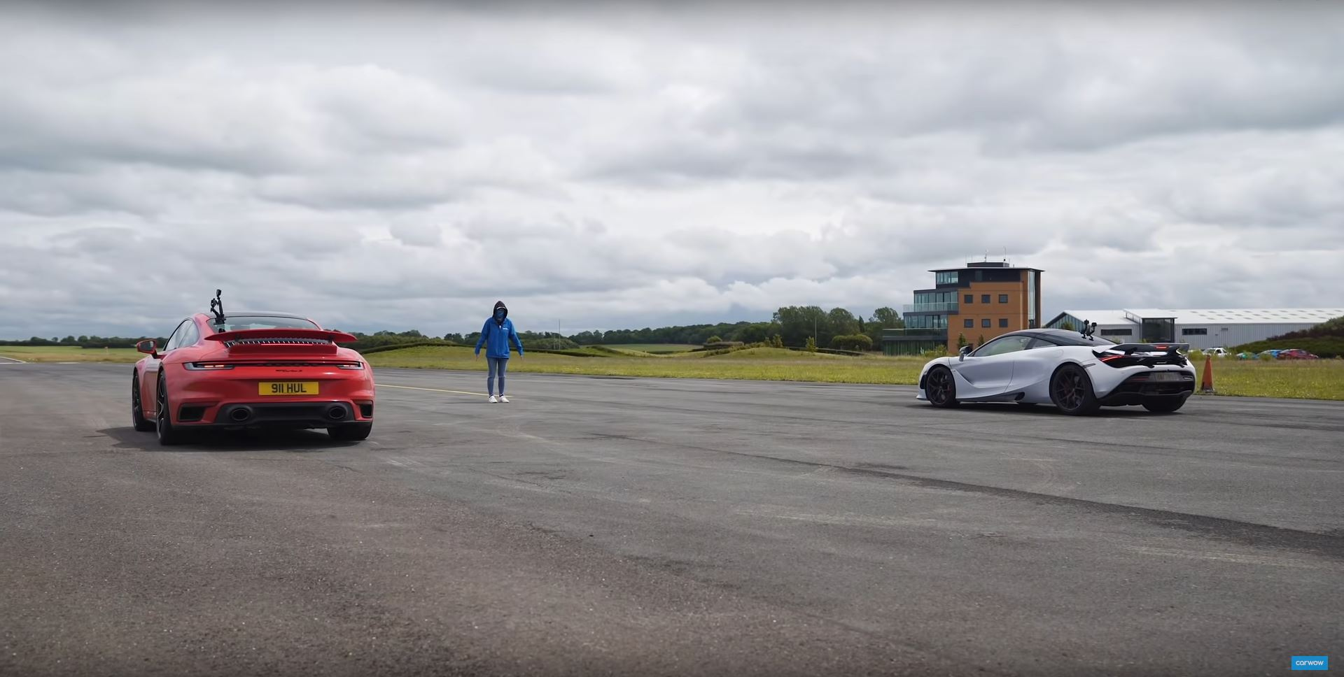 Porsche 992 911 Turbo S vs McLaren 720S