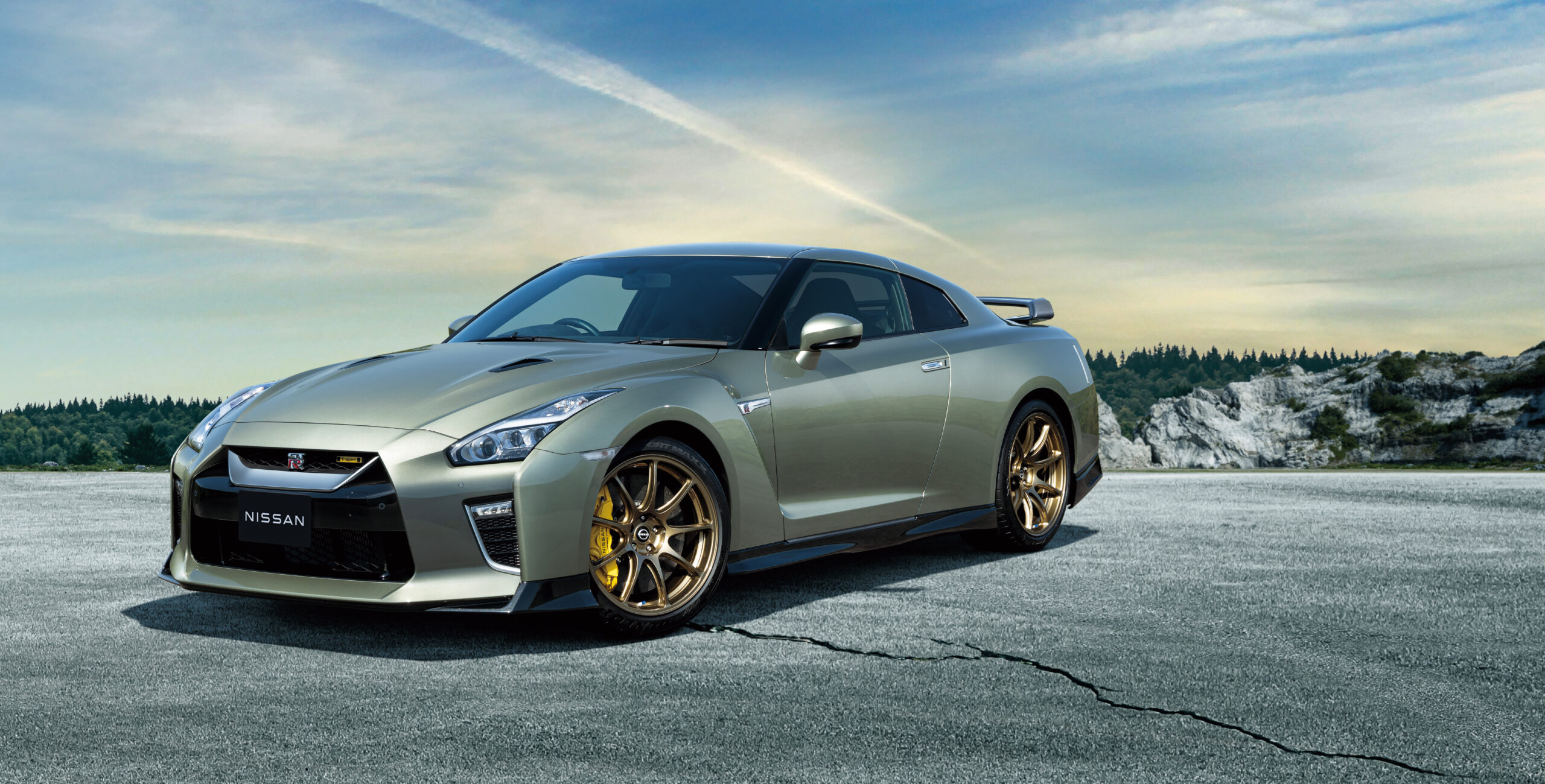 A side view fo the Nissan GT R R 35 T